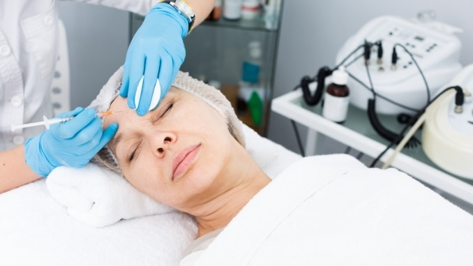 female-doctor-doing-beauty-injection